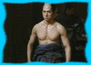 西島秀俊の鍛え抜かれた筋肉美画像1